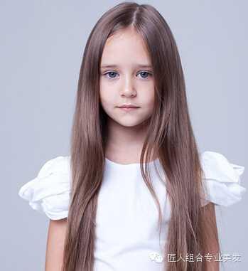飘逸十足的及腰长直发发型,配合欧美小女生甜美可爱的脸型是不是也很