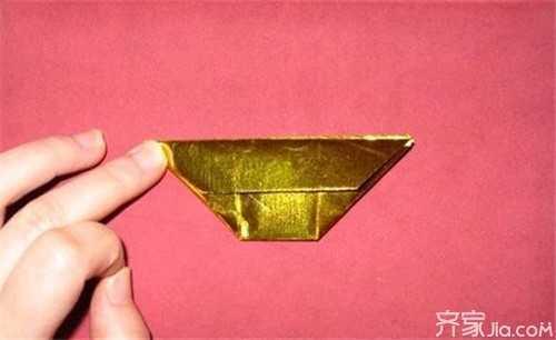 金元宝的折法4:将折叠后的长方形金箔纸的四个角沿着白色和金色交叉