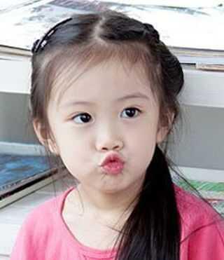 偏分的斜刘海来修饰小女孩短发发型,搭配黑色的发色,再在头发上扎上图片